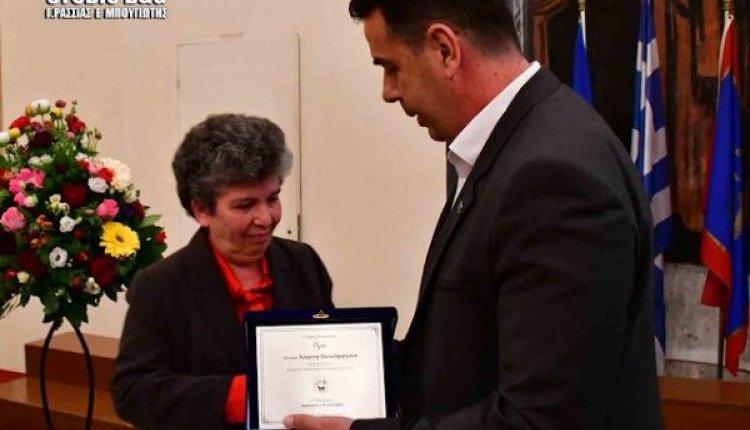 Συγκινητική βράβευση της Α. Παπαδημητρίου από τον Δήμαρχο Ναυπλιέων Δ. Κωστούρο [ βίντεο ]