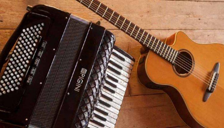 Συναυλία με κιθάρες και ακκορντεόν στην πλατεία Συντάγματος στο Ναύπλιο